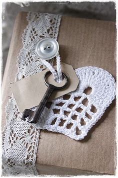 Gehaakt hartje - loving this crochet heart, tag, key, lace, button, kraft paper wrap