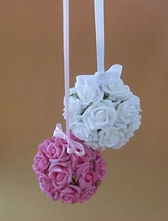 Flores suspensas em tecido