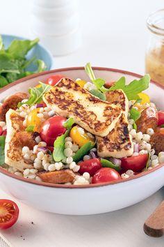Cette salade tiède de couscous perlé (ou couscous israélien) offre une explosion de saveurs grâce à la saucisses, aux tomates et au fromage halloumi, le tout marié à une succulente vinaigrette! Healthy Options, Healthy Recipes, Meal Recipes, Healthy Food, Pearl Couscous Salad, My Favorite Food, Favorite Recipes, Cheat Meal, Cobb Salad