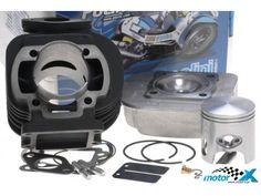 Cylinder żeliwny poziomu Sport renomowanej, włoskiej firmy Polini. Pojemność 70cc, moc 9 KM przy 10500obr/min. Gwarancja najwyższej jakości. Doskonałe osiągi i fenomenalna wytrzymałość. W zestawie znajdziesz: głowicę, tłok, pierścienie, uszczelki, sworzeń tłoka, zabezpieczenia sworznia, dyszę główną, płytkę membrany oraz szpilki wydechu. Doskonałe rezultaty w połączeniu z gaźnikami 17,5 lub 19mm oraz z wydechem poziomu Sport. Doskonały moment obrotowy i wysoka moc już od najniższych obrotów.