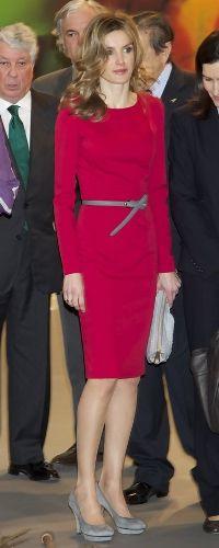 Doña Letizia, volvió a confiar en Felipe Varela con un vestido lápiz a la rodilla, de manga larga color rojo y lo combinó con un cinturón estrecho gris, zapatos de salón con plataforma del mismo color y clutch a juego. ARCO 2011