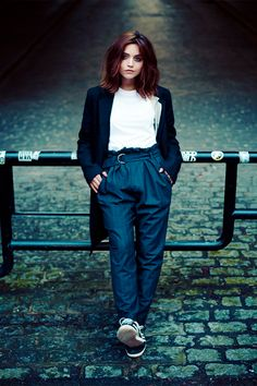 As Clara Oswald on the beloved British sci-fi series Doctor Who, actor Jenna Coleman filled many roles. Jenna Coleman Haircut, Jenna Coleman Style, Doctor Who, Gamine Style, Soft Gamine, Long Hair Cuts, Short Hair, Queen, Look Chic