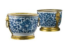 A pair of gilt-bronze-mounted Chinese blue and white porcelain cachepots the mounts Régence, early 18th century, the porcelain Kangxi (1622-1722) - Photo Sotheby's