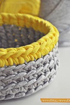 Cesta de trapillo/totora - Buena combinación de colores: gris y amarillo.