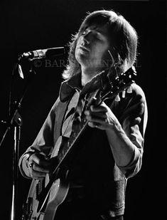 Justin Hayward strummin' that Gibson ES-335 axe like a golden haired god! (1972)
