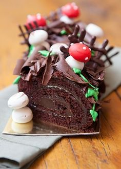 Christmas log cake, decorated with bark, leaves, mushrooms and fence panels. Christmas Log Cake, Christmas Desserts, Christmas Treats, Tapas Recipes, Great Recipes, Muffins Decorados, Best Spanish Food, New Year's Cake, Roasted Chestnuts