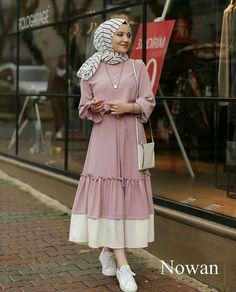Abaya Style 690458186603997957 - Görüntünün olası içeriği: 1 kişi, ayakta Source by Modern Hijab Fashion, Street Hijab Fashion, Abaya Fashion, Muslim Fashion, Modest Fashion, Fashion Clothes, Fashion Dresses, Hijab Style Dress, Hijab Chic