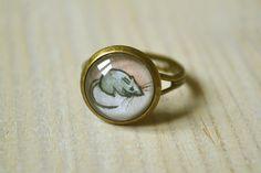 """""""La petite souris"""" Bague réglable bronze avec le dessin d'une petite souris grise. Bijou illustré par Mathieu Larno. #souris #bague #cabochon #bijoux"""