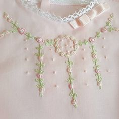 Flores bordadas a mano Baby Embroidery, Embroidery Fashion, Hand Embroidery Designs, Beaded Embroidery, Embroidery Stitches, Embroidery Patterns, Frock Patterns, Girl Dress Patterns, Sewing For Kids