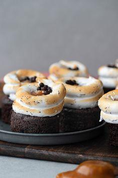 Chokladmuffins med salt kolasås och chokladmaräng | Brinken bakar Cheesecake, Baking, Desserts, Food, Cheesecake Cake, Postres, Patisserie, Bakken, Deserts