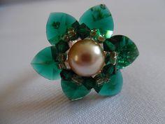 Bonjour. -15% Voici ce que je viens d'ajouter dans ma boutique #etsy : Bague cœurs en cristal de Swarovski tissée à la main. Vert et rose. http://etsy.me/2EeIXnI #bijoux #bague #vert #non #femmes #rose #amouretamitie #boheme #baguecour