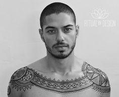 Admirez donc ce miracle.   Il existe des hommes tatoués au henné et c'est…