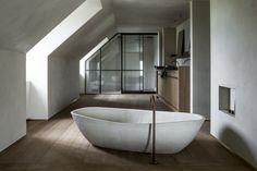 This stunning ceramic bathtub completes every bathroom with its organic but contemporary design. The clayfinish on the walls and the ceramic bathtub are a match made in heaven. Bathtub designed by Benoît Viaene. Photo by Bart Van Leuven. Bathroom Inspo, Bathroom Inspiration, Clay Houses, Clever Diy, Colorful Interiors, Contemporary Design, Furniture Design, Sweet Home, Home