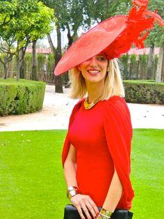Teresa Baca vestida de Angel Schlesser y tocado de Cherubina Celebrity Look, Celebrity Dresses, Crepe Dress, Silk Crepe, African Hats, Funky Hats, Ascot Hats, Wedding Guest Style, Races Fashion
