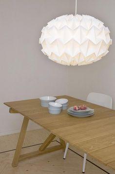 lampe origami artisanale en blanc neige pour décorer la salle à manger
