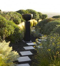 jardin romantique avec une statue en pierre noire