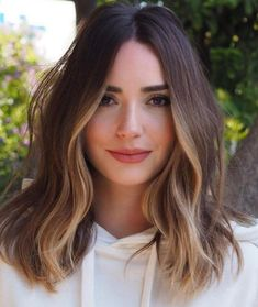 Chic Hairstyle Ideas for Medium Length Hair How to: Pin back your bangs 27 Of The Legendary Medium Wavy Hairstyles for Women to Show Off in 2020 These Winter Hair Trends are Coming in Hot for 2019 Brown Hair Balayage, Hair Color Balayage, Brown Blonde Hair, Hair Highlights, Partial Highlights, Haircolor, Face Frame Highlights, Partial Balayage, Bayalage