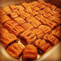 libyan food مقروض yaaammyy Libyan Food, Arabian Nights Party, African Recipes, Yummy Yummy, Waffles, Menu, Sweets, Dishes, Country