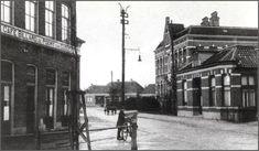 Oud Almelo  Deze straat loopt vanaf de oude Veemarkt richting Bornebroeksestraat en gaat dan aan de andere kant van het spoor verder richting Bornerbroek. Hieronder het begin met links cafe de Poort van Cleef (toen nog geschreven met een C) en rechtsachter de Kolkschool.