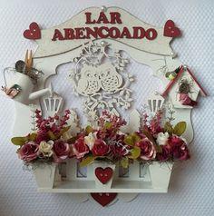 GUIRLANDA LAR ABENÇOADO <br> <br>Receba familiares e amigos com esta Linda Guirlanda de Porta! Ou melhor, pendure pela casa toda, <br> <br>fazemos de acordo com os membros da sua familia <br> <br>Também pode ser uma Belíssima Sugestão de Presente como! <br>Aniversario ... Amigo ... Casamento ou Ocasião Especial <br> <br> consultar disponibilidade de cor e Flores . <br> <br>MAIORES DETALHES FAVOR ENTRAR EM CONTATO
