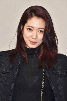 Park Shin-Hye Photos - Park Shin-hye attends the Chanel Haute Couture Spring Summer 2017 show as part of Paris Fashion Week on January 2017 in Paris, France. Female Actresses, Korean Actresses, Korean Actors, Park Shin Hye Height, Korean Hairstyle Medium Bangs, Park Bo Young, Song Hye Kyo, Hair Color Dark, Height And Weight