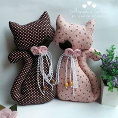 Dupla de gatinhos para peso de porta. Confeccionados em tricoline, com compose marrom e rosa. Detalhes de rosas em feltro, rendinha, pérolas e cordões. Medidas: 14 de largura e 26 de altura.