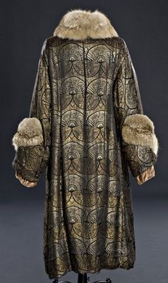 Evening coat (image 4 - back) | culture unknown | 1920-25 | silk brocade, fur, velvet | Staten Island Historical Society | Catalog #: CO1.3398