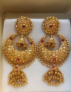 Gold Jhumka Earrings, Gold Bridal Earrings, Jewelry Design Earrings, Gold Earrings Designs, Gold Jewellery Design, Bridal Jewelry, Designer Jewellery, Jewelry Accessories, Gold Mangalsutra Designs