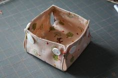 These could be made in different shapes and sizes to cover casserole dishes or indoor plant pots. The tutorial is not in English, but the photos are easy to follow.