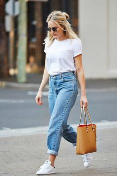 baggy jeans + white tee + white sneakers + brown leather bag