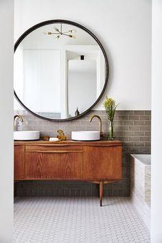 Projeto do escritório Nicemakers. Décor do dia: banheiro neutro com toque vintage. A reforma dos espaços tornou a casa antiga muito mais aconchegantes e contemporâneos, mas sem perder a estética vintage que a caracterizava. (Foto: Divulgação)