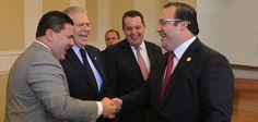 El gobernador del estado de Veracruz saludó a los embajadores asistentes al evento.