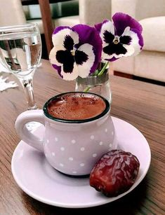 Coffee and flowers Coffee Vs Tea, Coffee Gif, Brown Coffee, Coffee And Books, I Love Coffee, Coffee Break, Coffee Cups, Momento Cafe, Glace Fruit