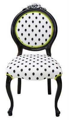 Sillas con topos o lunares. Bonita combinación el negro, el blanco y los detalles en verde. #tapicería