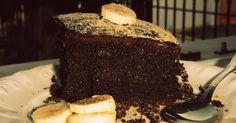 Εξαιρετική συνταγή για ΤΟ σοκολατένιο κέικ μπανάνας. Εύκολο σοκολατένιο κέικ με μπανάνα και τζίντζερ. Συνδυάζεται υπέροχα είτε με παγωτό για τους καλοκαιρινούς μήνες είτε με καφεδάκι για τον χειμώνα!  Λίγα μυστικά ακόμα  Αν δεν θέλετε το κέικ σας να έχει πολύ γλυκιά γεύση, βάλτε μιάμιση κούπα ζάχαρη αντί για δύο.Ευχαριστούμε την ANGOLINA για τις φωτογραφίες βήμα βήμα.
