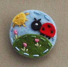 Божья коровка в Wool сад Войлок младенца Привязать зажим BerryCoolDesigns