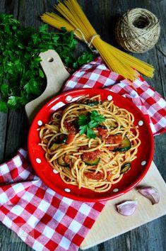 Spaghete cu dovlecei, rosii si usturoi - CAIETUL CU RETETE Zucchini, Pesto, Vegetarian Recipes, Pizza, Ethnic Recipes, Food, Essen, Meals, Yemek