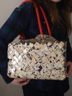 Borsa bauletto di carta intrecciata riciclata da vecchi fumetti. Tail bag of woven recycled paper from old comic books.
