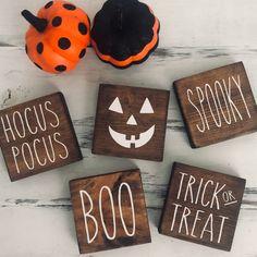 Halloween Signs, Halloween Film, First Halloween, Fall Halloween, Halloween Decorations, Halloween Crafts, Halloween Party, Rustic Halloween, Scary Decorations