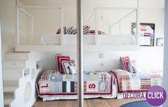 Decoração de Interiores – Quartos  Quarto de irmãos! Uma ótima dica para decorar e divertir. Perceba que a escada serve de gavetas também. A cama de cima lembra uma trave de futebol. E o piso de madeira é uma ótima opção para quartos de crianças.  #DecoraClick  #QuartodeIrmãos #QuartodeMeninos #infantil #Designmodern #arquitetura #QuartoClean #Decoraçãolinda #QuartoModerno  Projeto: Lica Cukier.