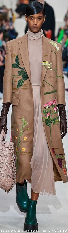 gorgeous gowns The complete Valentino Fall 2020 Ready-to-Wear fashion show now on Vogue Runway. Valentino, Vogue Fashion, High Fashion, Fashion Fall, Winter Outfits, Summer Outfits, Italian Fashion Designers, Fall Shirts, Floral Fashion