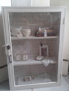 Prachtige metamorfose!!! Behang en krijtverf Vintage Paint van Jeanne d'Arc Living. Small Cabinet, Light Of Life, Deco, Bathroom Medicine Cabinet, Cabinets, Candle, Cups, Shabby, Happiness