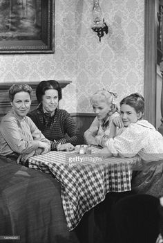 PRAIRIE 'Oleson vs Oleson' Episode 12 Aired Pictured Karen Grassle as Caroline Quiner Holbrook Ingalls Katherine MacGregor as Harriet Oleson. Melissa Gilbert, Laura Ingalls Wilder, Mejores Series Tv, Ingalls Family, House Star, Heartland Cast, Michael Landon, Old Tv Shows, Classic Tv