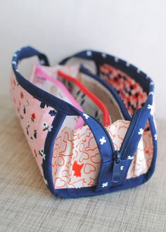 For a couple of years now I& been seeing the Sew Together Bag pop up all. Patchwork Bags, Quilted Bag, Sew Together Bag, Diy Sac, Diy Mode, Pouch Pattern, Fabric Bags, Girls Bags, Sewing Accessories