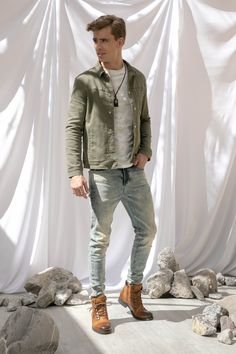 Playera corte regular fit cuello redondo, chamarra y jeans skinny fit That's It y botas camello tipo militar Martinelli.