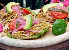 Antojitos del sureste de México, Yucatán.   Se hacen de pollo, cochinita pibil, salpicón de cazón,     Ingredientes:   1 Kg de masa de...