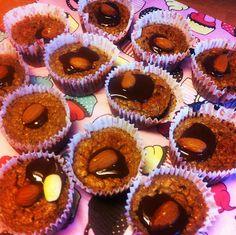 Til 12 muffins: 4 modne bananer 1,5 dl hakkede mandler 4 stykker mørk chokolade (Over 70%) 2 æg 1 dl kokosmel 1 tsk vanillesukker/vanillepu...