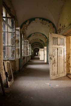 Klinik H, by Abandoned. Old Abandoned Houses, Abandoned Buildings, Abandoned Places, Most Haunted, Haunted Places, Haunted Asylums, Mysterious Places, Interesting Buildings, Left Alone