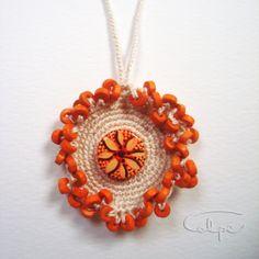 Colgante de crochet con botón pintado a mano y otras piezas de complemento. http://calpearts.blogspot.com.es/p/colgantes.html
