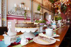 Im Café Streuselkuchen sitzen alle an einem Tisch.